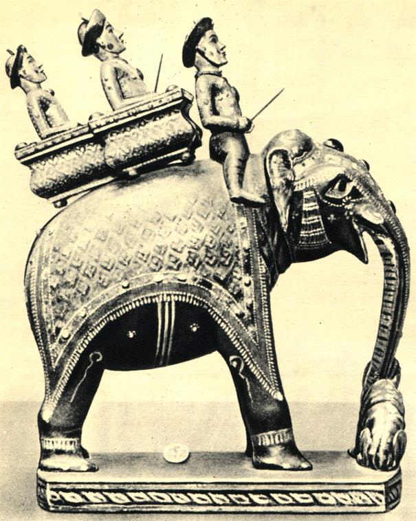Малайская фигура шахматного короля (XVII в.), вырезанная из дерева, покрытая разноцветным лаком, а также инкрустированная драгоценными и полудрагоценными камнями