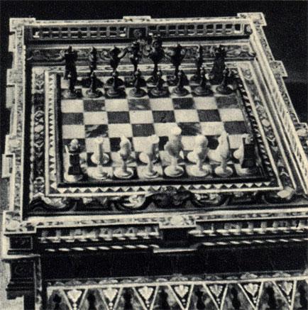 Рядом - шахматы из черного дерева, черепахи и перламутра, подаренные в 1726 году турецким султаном польскому гетману Адаму Сенявскому. В настоящее время находятся в собрании Национального Музея в Кракове