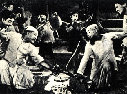 В Индии, являющейся колыбелью шахмат, эта игра очень распространена по сей день. Сцена из индийского фильма 'Соседи' (1939 год)
