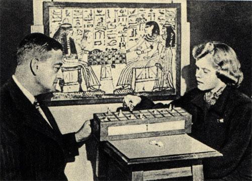 Шкатулка с египетскими шашками (сенет), найденная в гробнице Тутанхамона, в глубине - древнеегипетская стенная живопись: пара, играющая в сенет