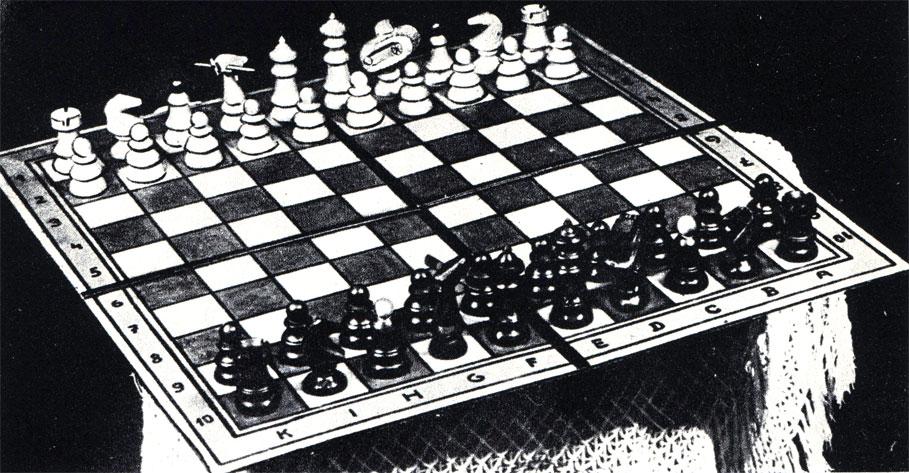 Появившиеся за несколько лет до последней войны модернизированные шахматы, изобретенные австрийцем, имеют 100-клеточное поле, на котором были введены в бой такие фигуры, как самолеты и танки, движение которых сочетают ход ладьи и коня или ход слона и коня