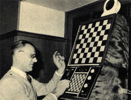 Бельгийский аптекарь Г. Д. Хооге рядом с сконструированной им электрической машиной для решения задач для коня. После того, как машине дана соответствующая задача, она автоматически начинает ее решать, поочередно освещая на большом шахматном поле клетки, на которые якобы ступает конь. Машина демонстрировалась на XIV шахматной Олимпиаде в Лейпциге в 1960 году