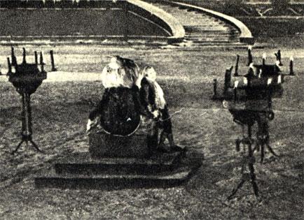 Два кадра из французского фильма 'Игрок в шахматы' (1926 год). Налево: автомат Кемпелена демонстрируется при дворе польского короля Станислава Понятовского. Направо: смертельно раненый Кемпелен вылезает ночью из ящика автомата, расстрелянного по приказу императрицы Екатерины II