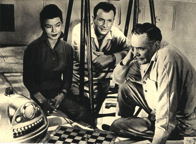 Робот 'Омега', мастерски играющий в шахматы в научно-фантастическом фильме польско-немецкого производства 'Безмолвная звезда' (1960 г.)