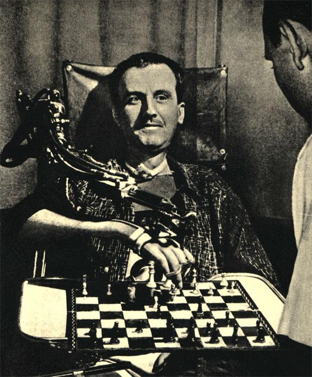 На этот раз механизм служит благу человека: парализованный может, в частности, играть в шахматы с помощью гидравлического протеза, позволяющего совершать любые движения. Механизм создан в Калифорнии