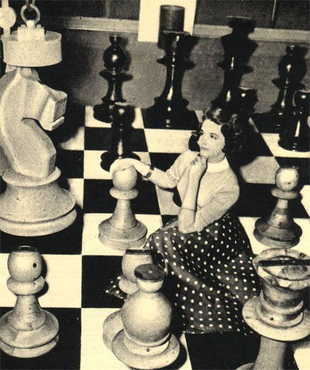 На выставке автоматизированного оборудования в Лондоне в 1956 году демонстрировался пятитонный кран с электромагнитом, точно выполнявший ряд очередных операций по заранее сделанной записи. Например, кран повторял ходы предварительно записанной шахматной партии, перенося с места на место большие деревянные шахматные фигуры с металлической насадкой сверху