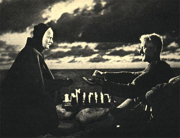 Рыцарь играет в шахматы со Смертью. Кадр из фильма шведского режиссера Ингмара Бергмана 'Седьмая печать', повторяющий средневековую церковную фреску
