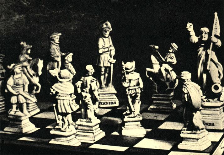 Исторические фигуры времен крестьянской войны в Германии снова сражаются - на этот раз на шахматной доске. В правом углу - фигура, изображающая вождя крестьянского восстания Томаса Мюнцера