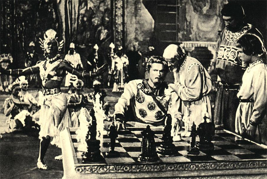 Герой старых русских былин Садко выигрывает в шахматы волшебную Птицу-Феникс. Кадр из советского кинофильма 'Садко' (1953 год)