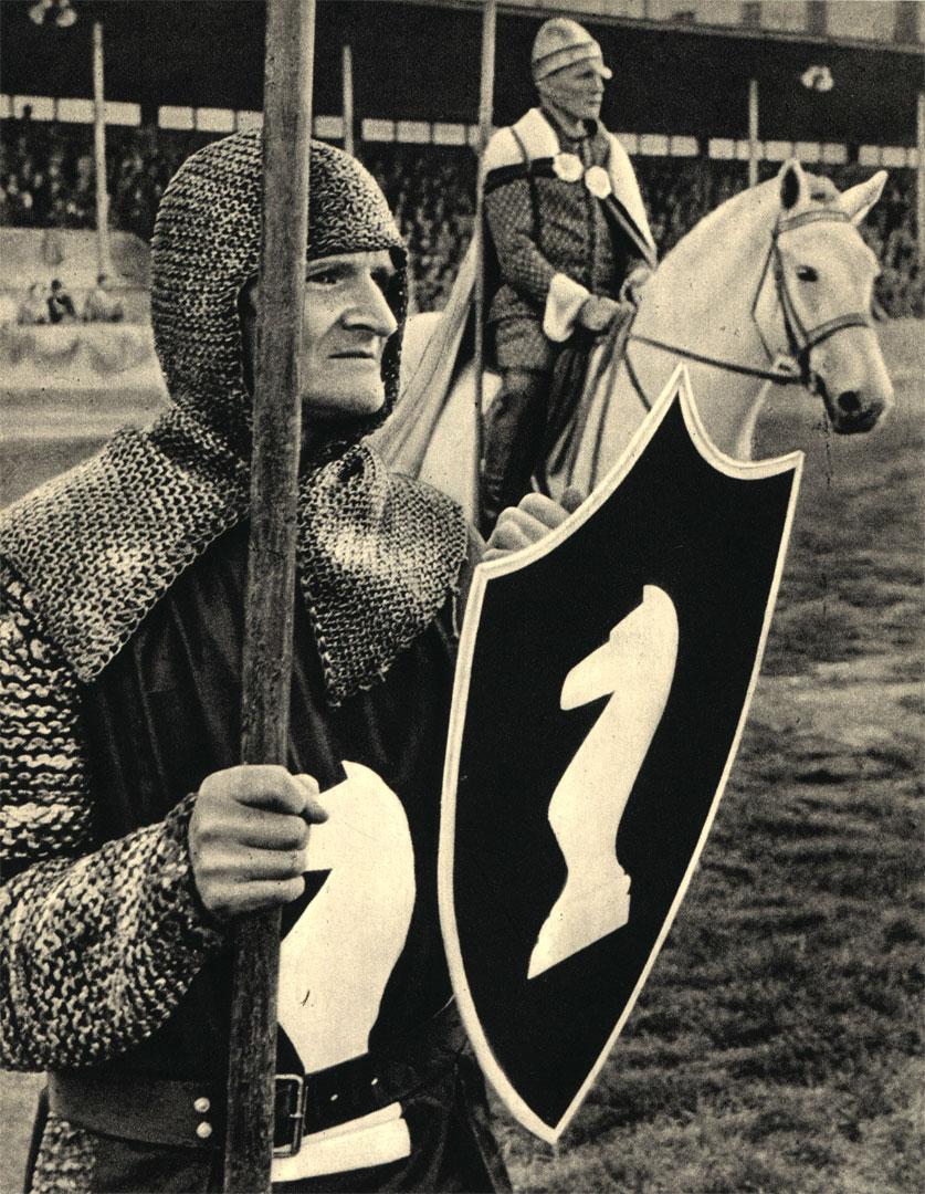 На снимке: 'белая пешка' и 'белый конь' во время турнира 'живых шахмат', показанного на спортивном стадионе в Хельсинках в 1955 году