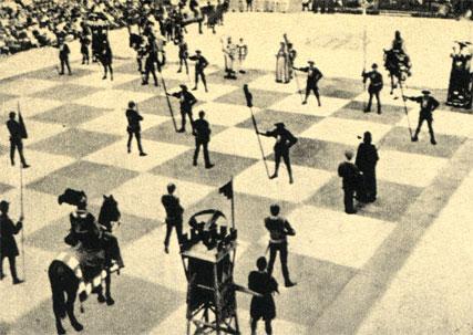На рыночной площади старинного городка Маростика (Италия) разыгрывается партия 'живых шахмат'. Участники - в исторических костюмах XVI века