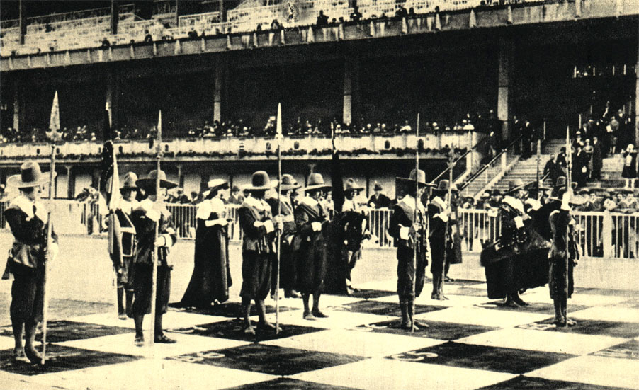 В шахматной партии, показанной в Вене в 1928 г., против турков сражались войска Валленштейна, одетые в исторические костюмы XVII в.
