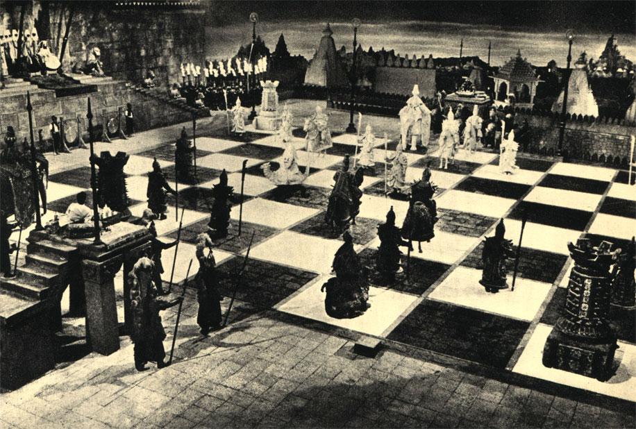 Знаменитый путешественник XIII века Марко Поло разыгрывает партию 'живых шахмат' с владыкой индийского княжества Гундвана, рискуя собственной головой ради перспективы выиграть право на руку влюбленной в него принцессы. Сцена из франко-югославского незаконченного фильма 'Марко Поло' (1962 г.)