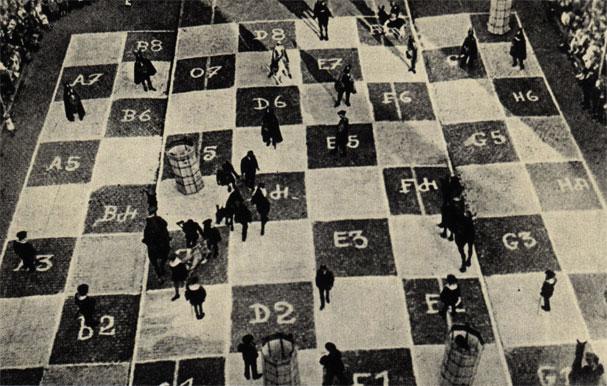 Одна из улиц Брюсселя на несколько часов превратилась в эффектное огромное шахматное поле (1930 год)