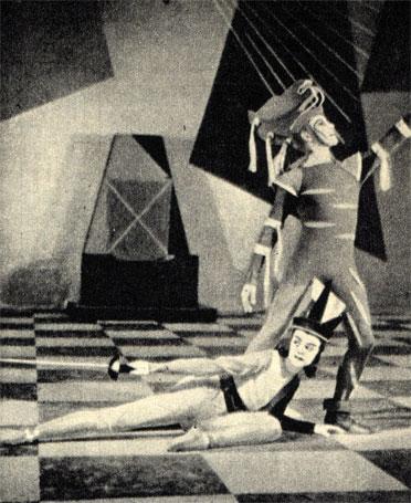 Балет говорит о жизни, любви и смерти, о триумфе добра над злом. Направо: красный рыцарь не смог нанести удар черной королеве, поддавшись ее уверениям в любви