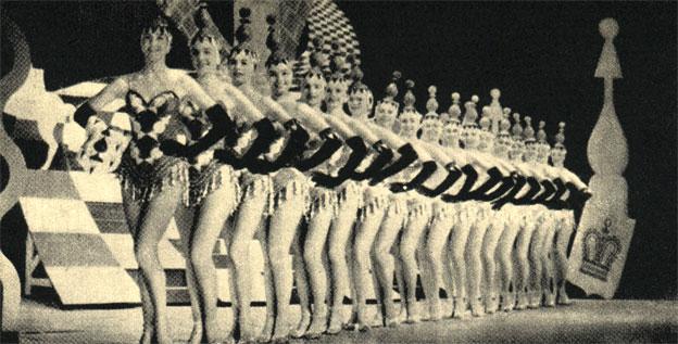 Танцовщицы, олицетворяющие шахматные фигуры в американском балетном ревю 'Безумная игра в шахматы'