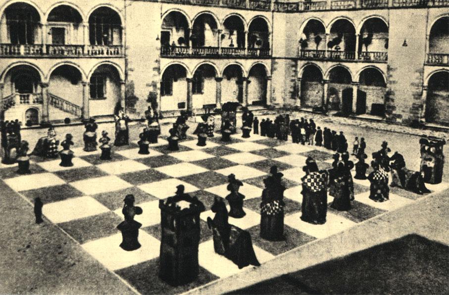 Парадный двор Вавельского замка в Кракове неоднократно становился местом эффектных шахматных поединков с участием живых фигур. На снимке: партия, разыгранная актёрами краковского театра в 1932 году