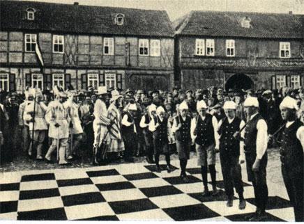Молодежь деревни Штребек занимает места на шахматном поле для традиционного представления