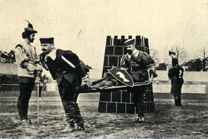 Хельсинки, 1955 год: побитые фигуры на носилках выносят с поля боя