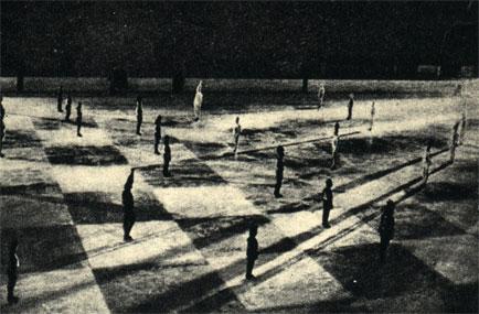 Партия в 'живые шахматы', разыгранная учащимися спортивной школы на катке в Риге в 1961 году