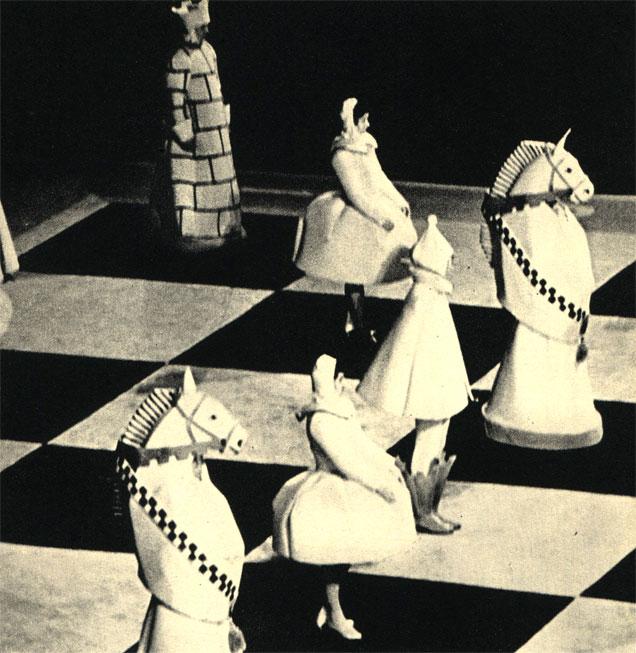 Студенты Московского института физкультуры в роли шахматных фигур, иллюстрирующих эффектную партию между М. Ботвинником и В. Смысловым во Дворце спорта в Лужниках в Москве, 1962 г.