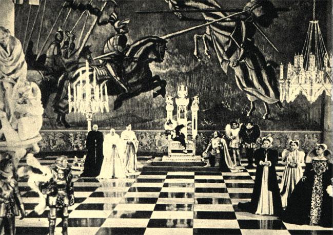 Во второй серии фильма С. Эйзенштейна 'Иван Грозный' (1945 г.) сцена при дворе польского короля Сигизмунда III Вазы как по художественной композиции, так и с точки зрения мизансцены напоминает 'живые шахматы'