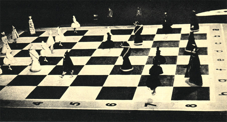 Общий вид шахматного поля во Дворце спорта в Лужниках (Москва) в момент борьбы белых и черных фигур. Дополненный для разнообразия выступлениями знаменитых артистов шахматный матч окончился вничью