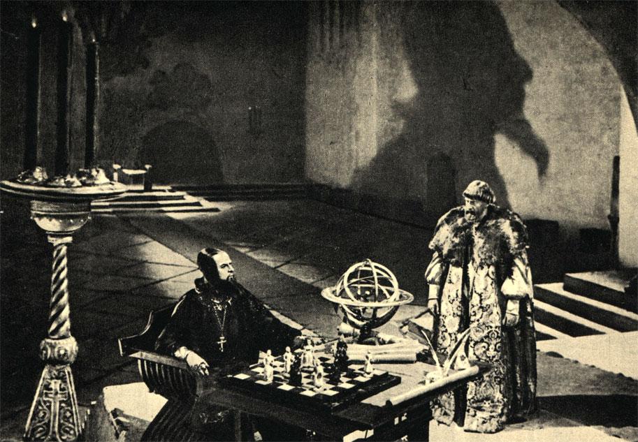 Царь Иван Грозный и шахматы. Кадр из первой серии фильма С. Эйзенштейна 'Иван Грозный' (1945 г.)