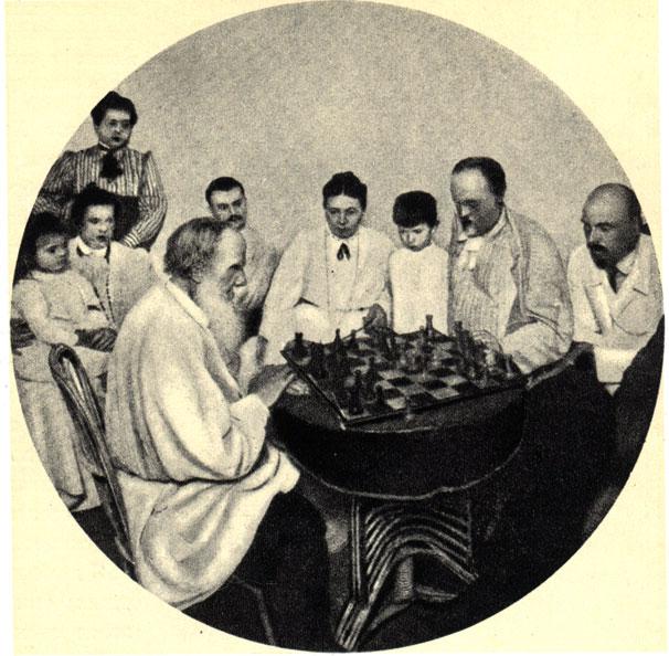 Л. Н. Толстой среди своей семьи играет в шахматы со своим зятем М. Сухотиным. Ясная Поляна, 1908 г.
