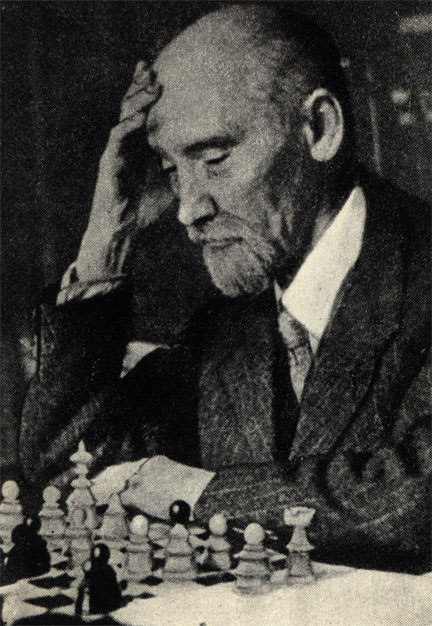 Выдающийся польский писатель Кароль Ижиковски, скончавшийся в 1944 году, всю свою жизнь увлекался шахматами