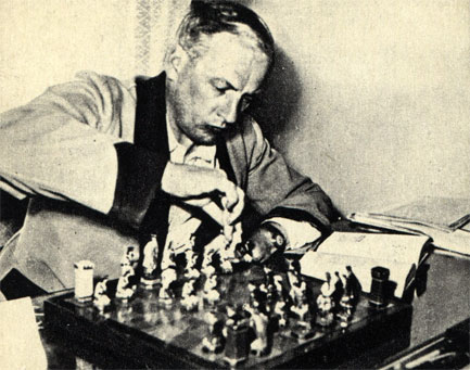 Современный польский писатель Ежи Путрамент не только играет в шахматы, но и тщательно изучает шахматную литературу