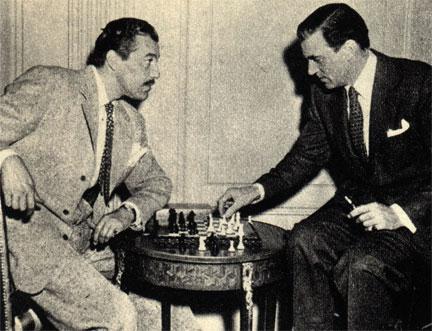 Американские киноактеры Цезарь Ромео и Вальтер Пиджон проверяют, кто из них более одарен - в шахматах