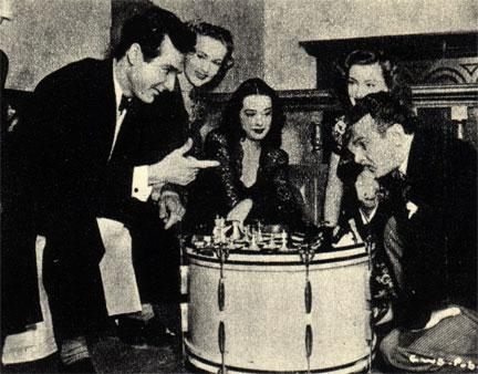 Шахматы стоят на барабане, ибо на сей раз голливудский актер Фриц Фельд (справа) играет с известным ударником Джином Крупом