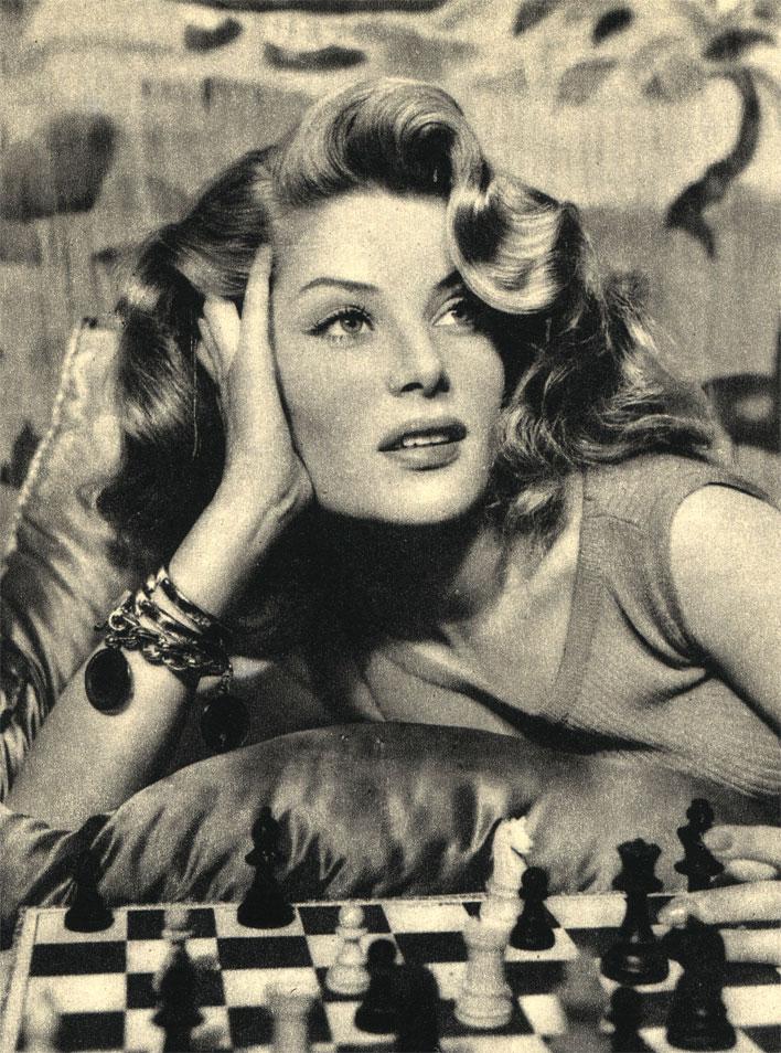Английская, ныне уже покойная киноактриса Белинда Ли играла в шахматы не только перед объективом, но и в минуты отдыха