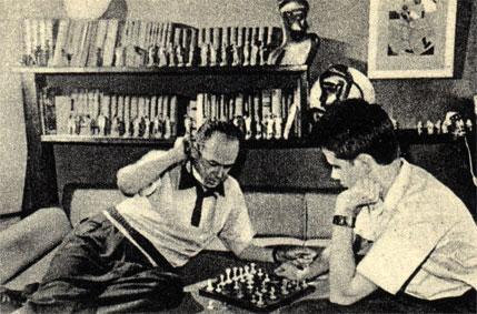 Советский киноактер Николай Черкасов играет в шахматы с сыном