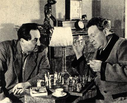 Советские кинематографисты: режиссер Александр Столпер (слева) и артист Алексей Дикий, за шахматами (1949 г.)