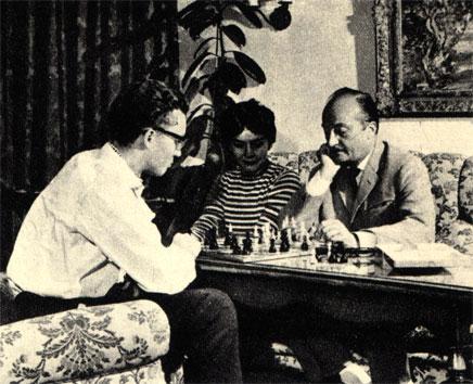 Немецкий режиссер Курт Гоффман, закончив изнурительный рабочий день в киностудии, любит сразиться в шахматы в семейном кругу