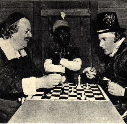 Чарльз Коберн играет с Фрицем Фельдом в голливудской киностудии во время перерыва (1943 г.)