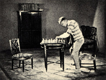 Кадры из советской короткометражной кинокомедии 'Шахматная горячка', поставленной в 1925 году Всеволодом Пудовкиным и Н. Шпиковским. Действие этого фильма-гротеска, высмеивающего шахматную манию, происходит на фоне международного шахматного турнира, который в действительности происходил в это время в Москве. В роли главного героя - В. Фогель
